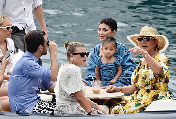 Kylie Jenner cùng gia đình rời du thuyền 250 triệu USD lên đất liền vào sáng 12/8.