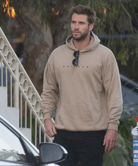 Gương mặt khá mệt mỏi và phiền não, Liam Hemsworth ra ngoài đi dạo ở khu phố gần nhà anh trai Chris Hemsworth tại Australia.