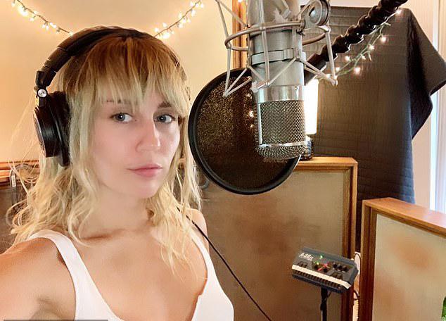 Trong khi Liam Hemsworth vẫn ở Australia, Miley đã trở về sau kỳ nghỉ với người tình đồng giới Kaitlynn Carter. Cô đăng ảnh trên Instagram, tiết lộ đã quay lại studio để thu âm ca khúc mới.