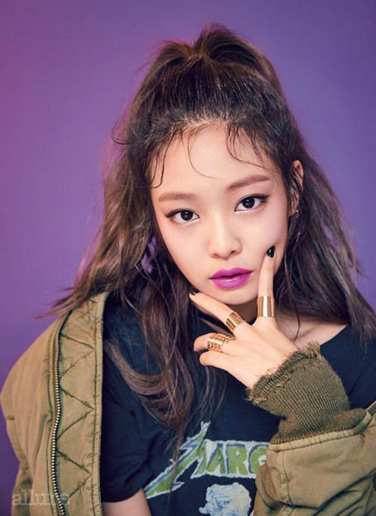 Jennie góp mặt trong bảng xếp hạng ở vị trí thứ 4 với 6,6% số phiếu bình chọn. Tháng 8/2016, cô ra mắt với tư cách thành viên nhóm nhạc Black Pink thuộc công ty YG Entertainment. Sở hữu thần thái sang chảnh, thân hình thon gọn, cô nàng là một trong những Idol sở hữu lượng fan khủng của làng giải trí Hàn Quốc. Tuy mới hoạt động nghệ thuật 3 năm gần đây nhưng Jennie được cho là một trong những mỹ nhân trẻ giàu có so với những ngôi sao cùng thời. Nhiều người đồn đoán Jennie chính là thiên kim tiểu thư sướng từ trong trứng, có mẹ là CEO và là cổ đông của tập đoàn lớn nhất Hàn Quốc CJ E&M. Vì có gia đình hậu thuận nên mỹ nhân luôn nhận được sự ưu ái của YG nhiều hơn so với 3 thành viên còn lại. Cô nàng còn được mệnh danh là Channel sống vì sở hữu nhiều trang phục, phụ kiện đắt đỏ đến từ nhãn hàng cùng tên. Hiện tại, nữ ca sĩ dành thời gian nghỉ ngơi sau khi kết thúc chuyến lưu diễn thế giới.