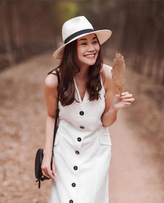 Là một quý cô thời trang của làng mẫu Việt, Thanh Hằng không ngừng cập nhật các xu hướng họa tiết mới để thể hiện sự sành điệu. Tuy nhiên, gam trắng thanh nhã luôn được người đẹp ưa chuộng.