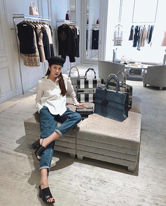 Sơ mi trắng và jeans xắn gấu vốn đơn giản, nhưng Thanh Hằng khéo tạo điểm nhấn bằng mũi beret, và sandal cao gót cùng túi hiệu hot trend.