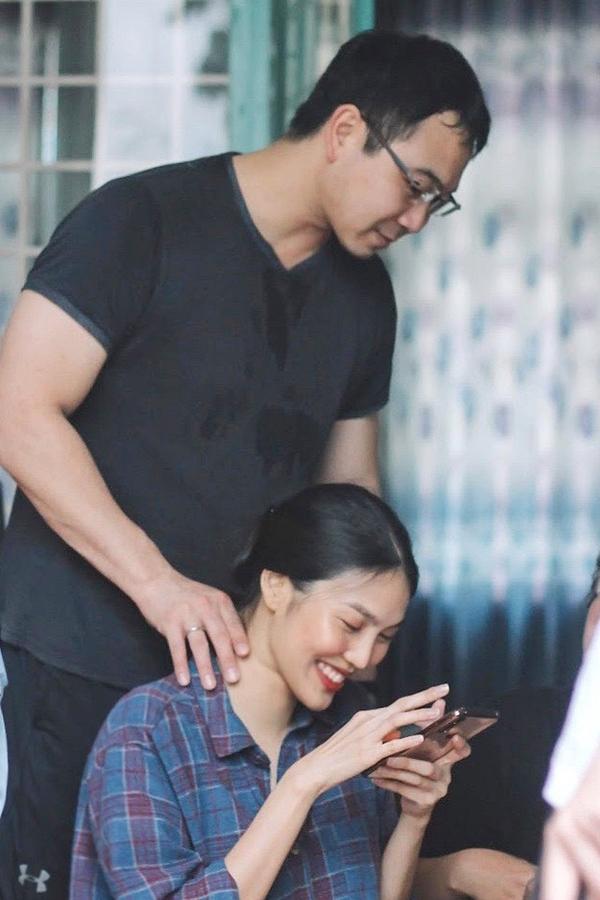 Vì Lan Khuê đang mang bầu ở tháng thứ 6, Tuấn John luôn quan tâm, chăm sóc vợ chu đáo. Anh bóp vai giúp vợ đỡ mệt trong lúc soạn quà cho các em nhỏ tại Vũng Tàu.