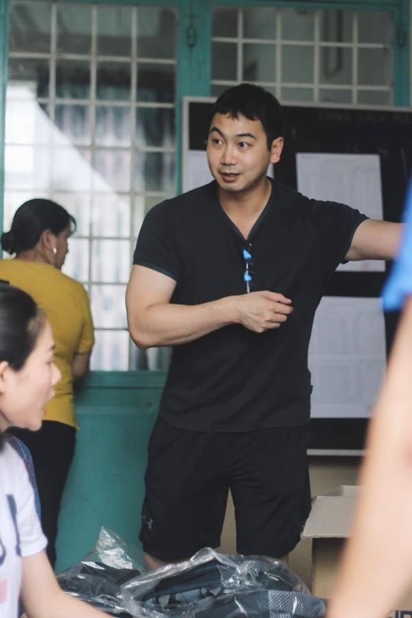 Dù bận rộn công việc kinh doanh, Tuấn John sắp xếp thời gian hỗ trợ Lan Khuê thực hiện công tác thiện nguyện.