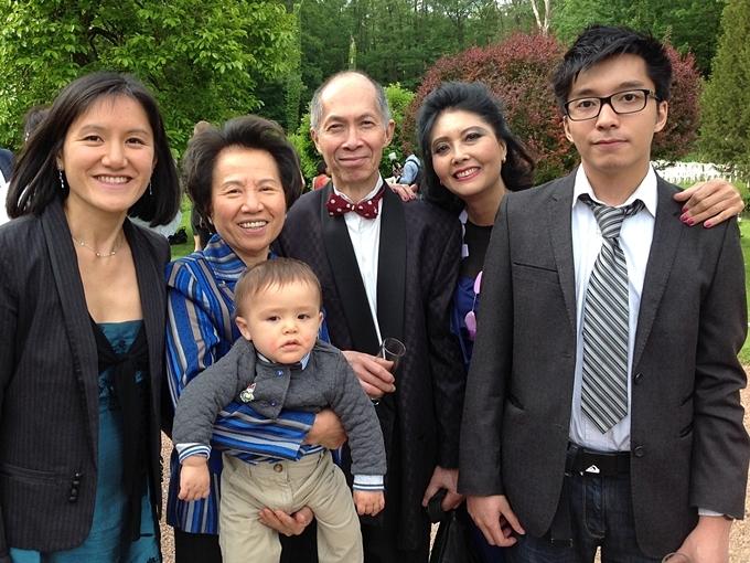 Con trai út (phải) của Họa Mi và người chồng thứ hai cũng khôn lớn, có vẻ ngoài điển trai.