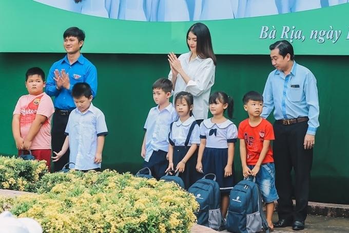 Trong buổi phát quà này, các người đẹp đã trao đi 110 phần quà, mỗi phần gồm: ba lô, bộ sách giáo khoa, vở, bút, áo mưa và bánh trung thu.