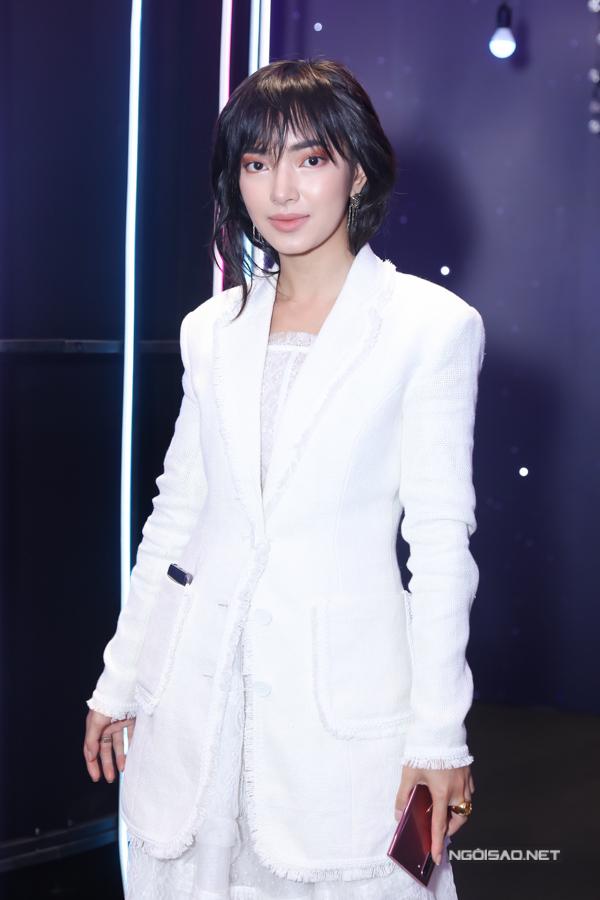 Hot girl Châu Bùi mặc kín mít từ đầu tới chân.