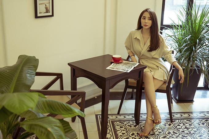 Váy sơ mi ngắn trên đầu gối là gợi ý của Quỳnh Nga dành chocô nàng công sở trong những ngày không phải tham gia những buổi họp hành, gặp gỡ đối tác đòi hỏi sự nghiêm túc.