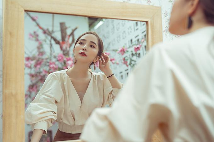 Quỳnh Nga đặc biệt yêu thích phong cách sexy, những bộ váy áo tôn đường cong. Tuy nhiên khi gợi ýtrang phục cho nàng công sở, điều cô chú ý nhất là sự thanh lịch và thoải mái cử động.