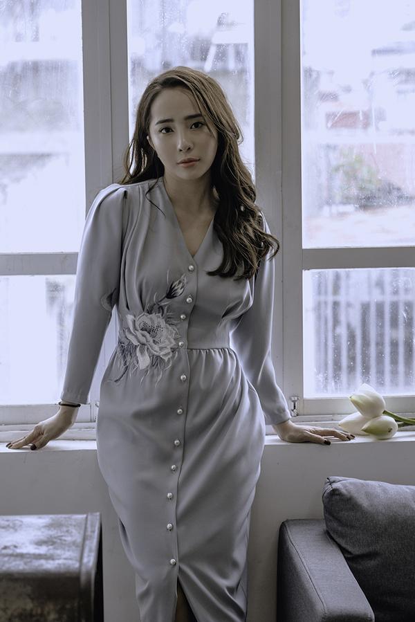 Theo Quỳnh Nga, váy liền thân dài quá gối là món đồ mà bất kỳ cô nàng nào cũng nên có. Sự kín đáo, thanh lịch của thiết kế này phù hợp với mọi hoàn cảnh của môi trường văn phòng.