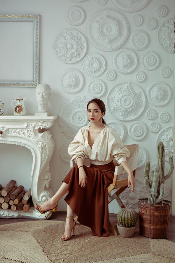 Diễn viên Quỳnh Nga, Nhã của Về nhà đi con hóa thân thành nàng công sở sành điệu khi khoác lên mình những bộ trang phục kín đáo.