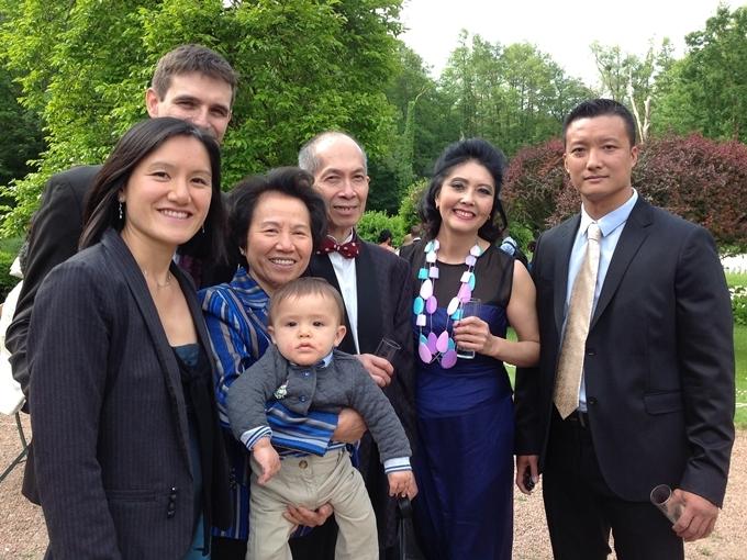 Họa Mi (thứ hai từ trái sang) hiện viên mãn với cuộc sống. Ba con riêng của cô đều trưởng thành,