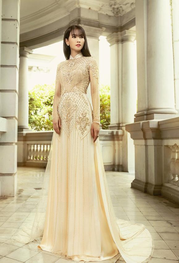 Minh Châu chủ yếu sử dụng vải lụa màu nude phối voan, đem tới cảm giác bay bổng, nhẹ nhàng và có phần vương giả.