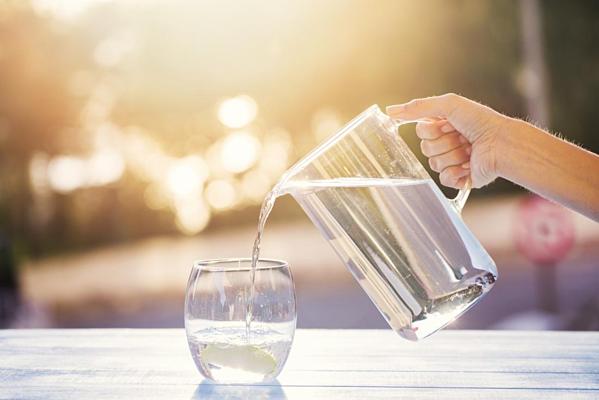 Uống một ly nước lọc ấm vào buổi sáng là cách đơn giản nhất để đánh thức cơ thể.