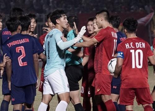 Cầu thủ Việt Nam và Thái Lan gây hấn, suýt đánh nhau