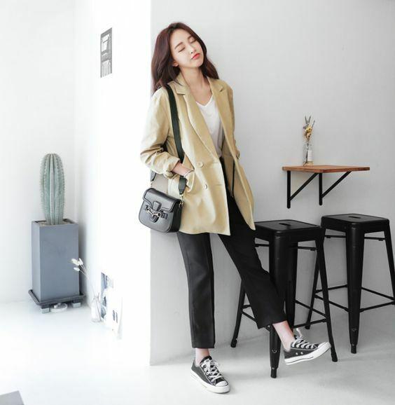 Dáng túi vuông, túi bán nguyệt kiểu dáng vừa vặn và đi kèm dây đeo chéo là sản phẩm tiện lợi cho các nàng văn phòng.
