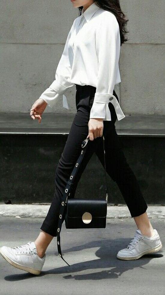 Những mẫu túi da đen basic rất dễ phối đồ. Từ váy áo điệu đà, quần âu thanh lịch đến jeans bụi phủi đều có thể mix cùng túi đen một cách ăn ý.