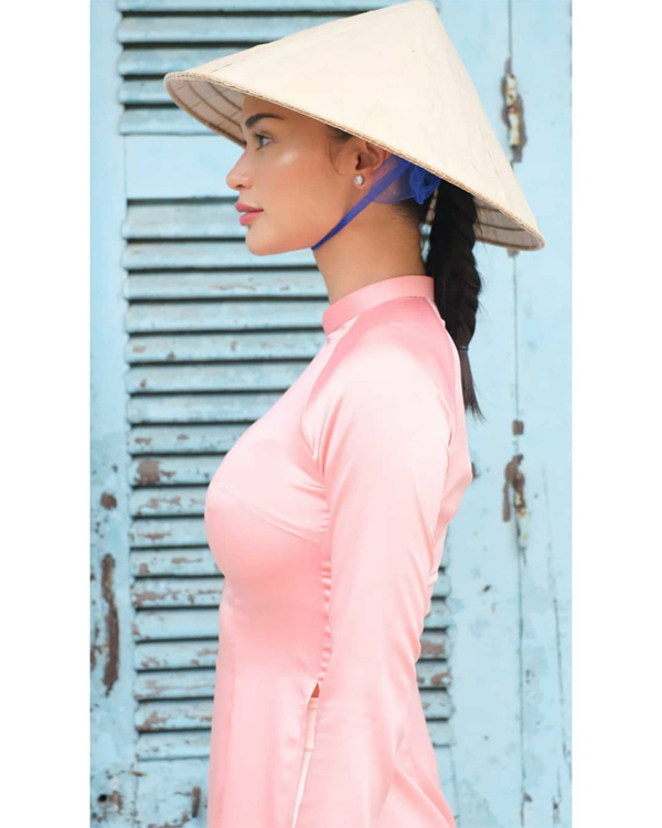 Hoa hậu Hoàn vũ 2015 không khác một cô gái Việt Nam duyên dáng trong trang phục truyền thống.