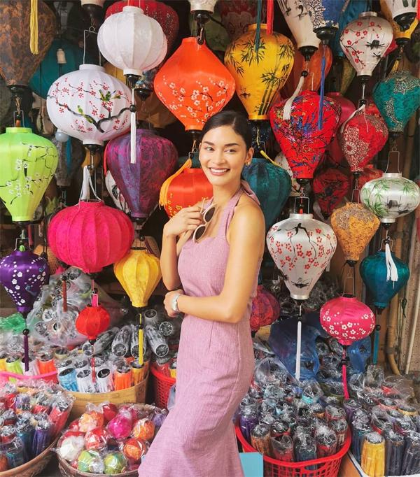 Pia Wurtzbach đến Quảng Nam từ ngày 12/8. Người đẹp nói lời chào bằng tiếng Việt và chia sẻ: Đi dạo quanh những con đường đẹp và hoài cổ ở Hội An. Thật háo hức chờ đến lễ hội đèn lồng vào ngày mai. Đây là lần đầu tiên tôi được tham dự lễ hội này. Nghe nói thả đèn lồng sẽ mang đến điều may mắn.