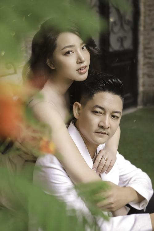 Hải Băng và Thành Đạt chụp ảnh kỷ niệm hai năm ngày cưới.