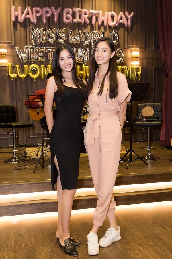 Hoa hậu Việt Nam 2018 Trần Tiểu Vy (trái) diện váy ôm đọ dáng cùng Hoa hậu Thế giới Việt Nam 2019 Lương Thùy Linh. Họi đều sinh năm 2000, đăng quang