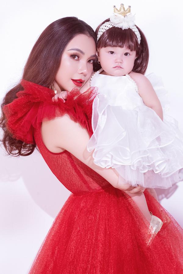 Trà Ngọc Hằng vừa thực hiện bộ ảnh cùng con gái cưng. Sau khi công khai bé Sophia, nữ ca sĩ thoải mái chia sẻ hình ảnh thiên thần nhỏ với công chúng.