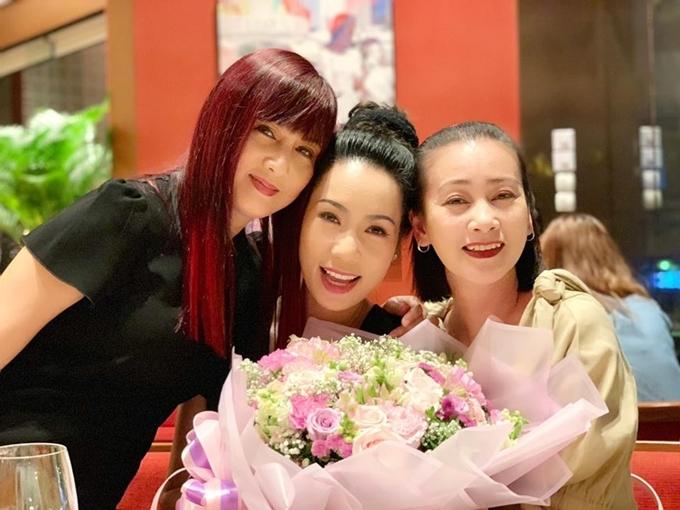 Hiền Mai có mối quan hệ thân thiết với NSƯT Trịnh Kim Chi (giữa), diễn viên Tuyết Thu (phải), Hoa hậu Giáng My, MC Thanh Mai... Họ thường hẹn hògặp mặt ăn uống, xem phim và tâm sự những câu chuyện về gia đình.