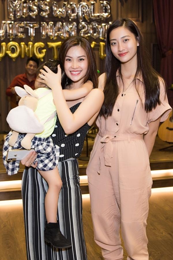 Á hậu Diễm Trang bế con gái đi dự sinh nhật.