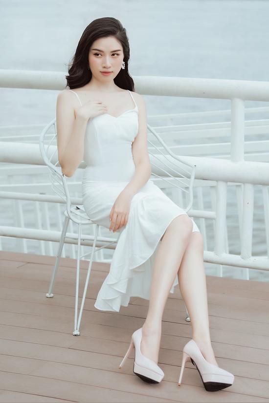 Ngoài các kiểu sơ mi, blouse đơn sắc, gam màu chứa đựng vẻ đẹp thanh nhã còn được dùng để mang tới nhiều mẫu váy hè thu.