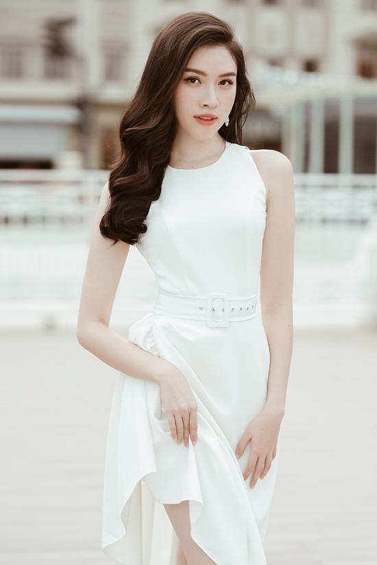 Chiếc đầm trắng vừa người, nhấn nhá ở thắt lưng là sự lựa chọn lý tưởng giúp nàng tạo ấn tượng tốt với đối tượng hẹn hò cuối tuần hay thoải mái đi chơi cùng hội bạn.