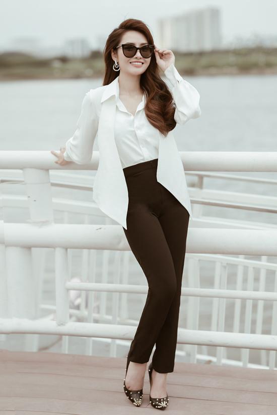 Sơ mi tay phồng, quần âu tương phản về màu sắc phù hợp với các cô nàng yêu phong cách tối giản và sự thanh lịch.