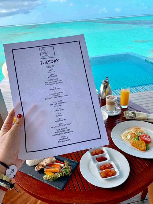 Khi đưa đồ ăn sáng tới phòng, resort sẽ chuẩn bị cả lịch trình một ngày cho du khách. Có rất nhiều hoạt động miễn phí và mỗi ngày là các hoạt động vui chơi giải trí khác nhau để du khách không cảm thấy nhàm chán.