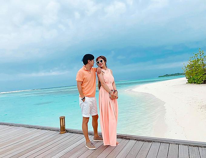 Maldives có khí hậu nhiệt đới gần giống như Sài Gòn với 2 mùa mưa nắng rõ rệt. Thời điểm Lý Hải - Minh Hà tới đây là mùa mưa nhưng vẫn có những ngày nắng xen kẽ, nhiệt độ khoảng 29-30 độ C. Buổi tối mát mẻ hơn.