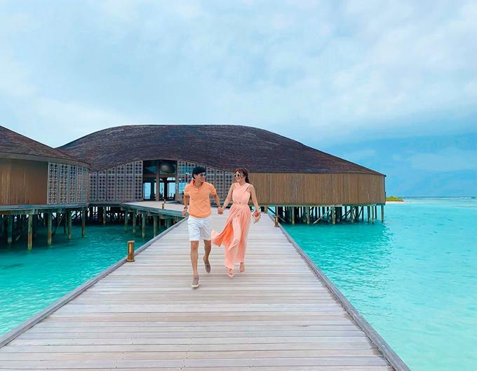 Tại Club Med Finolhu, du khách có thể ăn sáng ởnhà hàng của resort hoăc đưa đến phòng đều được. Căn phòng ăn có view sát biển. Buổi trưa phục vụ các món buffet nhưng cũng có thể nấu theo order của khách. Nhà hàng có quầy bar lát sàn bằng kính trong, có thể thấy đàn cá tung tăng bơi lội ngay dưới chân.