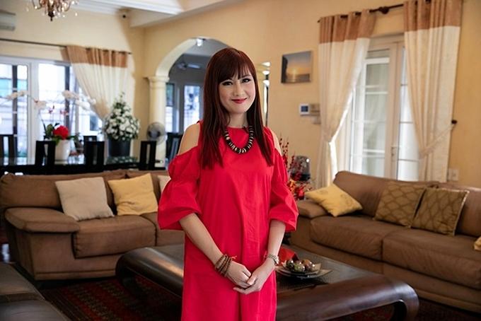 Hiện Hiện Mai và gia đình sinh sống ở một biệt thự ven sông, tọa lạc tại quận 2, TP HCM. Nữ diễn viên trang trí ngôi nhà theo phong cách châu Âu cổ điển, tận dụng nhiều không gian mở tạo sự thoáng đãng.