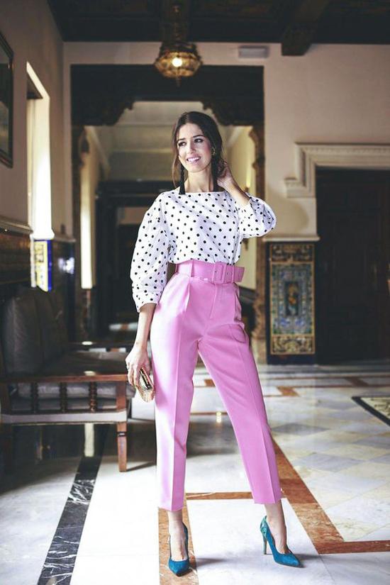 Các kiểu quần âu hợp mốt, tông màu tươi sáng có thể phối cùng áo họa tiết đơn giản như chấm bi đen trắng, kẻ sọc hay màu trung tính.