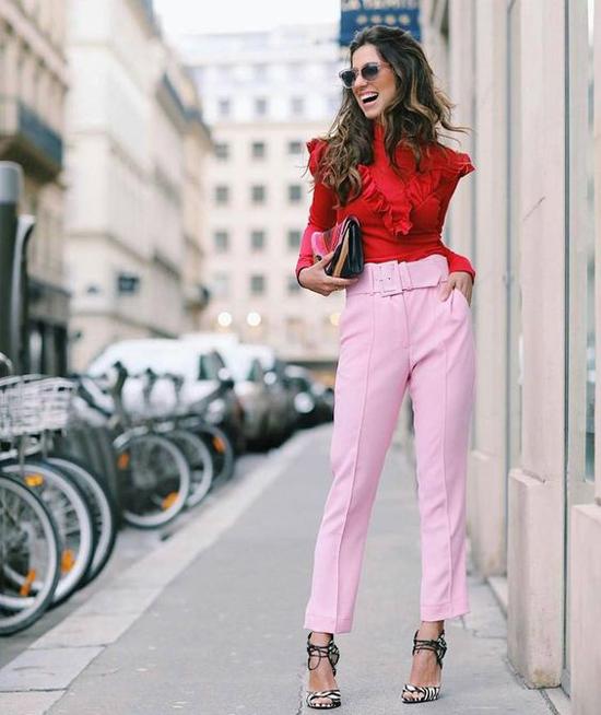 Quần hồng phấn đi cùng áo hồng đậm, xanh baby hay trắng đã quá quen thuộc. Ở xu hướng mới, tông hồng thường được mix cùng gam đỏ tươi bắt mắt.