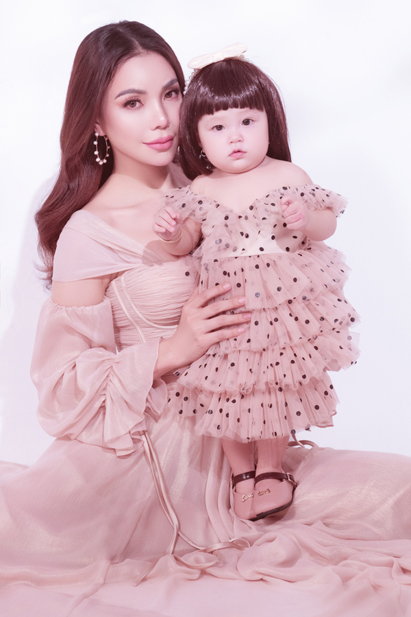 Bé Sophia có đôi má phính, gương mặt xinh xắn như búp bê. Công chúa nhỏ khá ngoan và dạn dĩ trước ống kính.