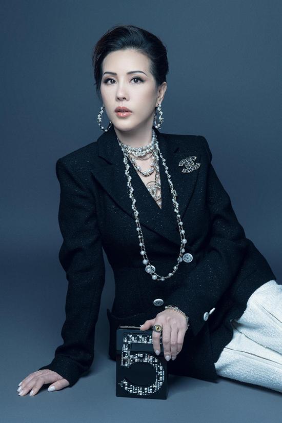 Trong bộ hình thời trang mới nhất, hoa hậu Thu Hoài hướng tới cả sự thanh lịch, quyến rũ và hiện đại khi hóa thân thành quý cô sang chảnh.