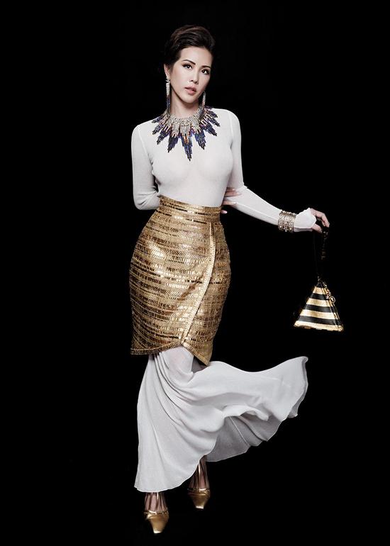 Túi Chanel, trang sức cao cấp được mix-match hợp lý để tăng nét sang trọng cho hoa hậu trong từng khung hình.