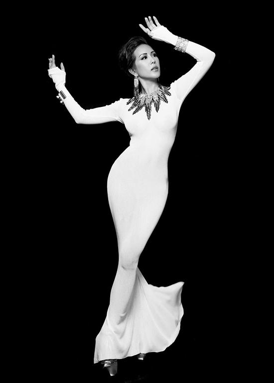 Váy đuôi cá ôm khít eo, cách tạo dáng cùng hiệu ứng ánh sáng giúp shoot ảnh của Thu Hoài cuốn hút nhờ đường cong mềm mại, có cảm giác cơ thể như dải lụa uốn lượn.
