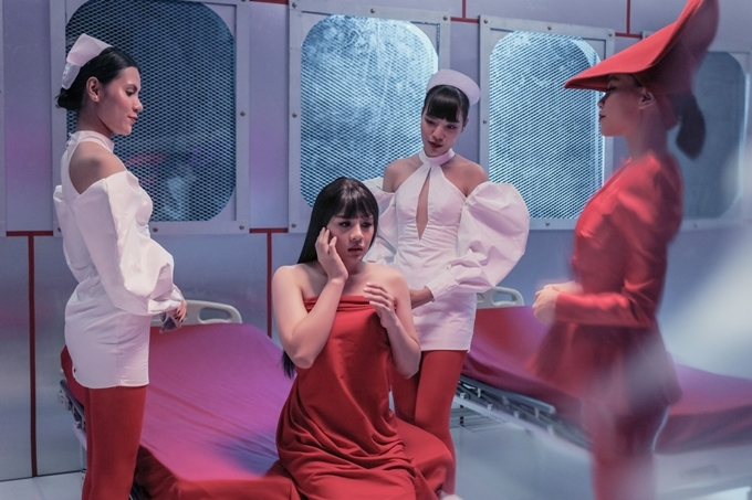 Trong MV, các diễn viên Minh Dư, Duy Khánh (ngồi), Hải Triều,BB Trần đều giả nữ, lần lượt hóa thânvào từng phiên bản thể hiện loạt tình huống vui nhộn.