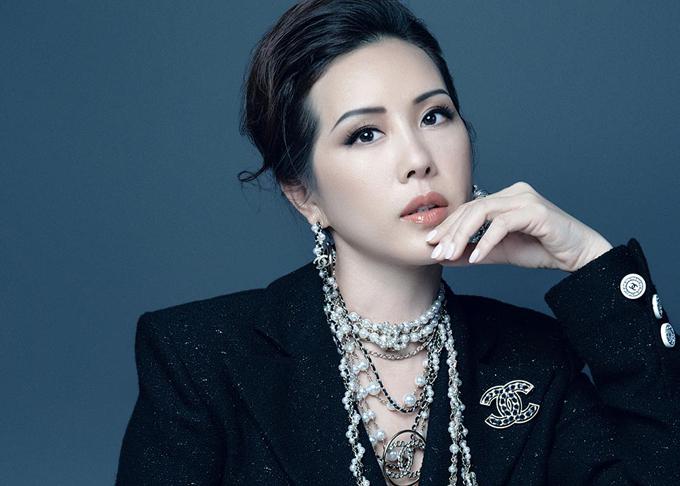 Bộ ảnh được thực hiện với sự hỗ trợ của art director Alex Fox, nhiếp ảnh Trí Nghĩa, trang điểm Tùng Châu.