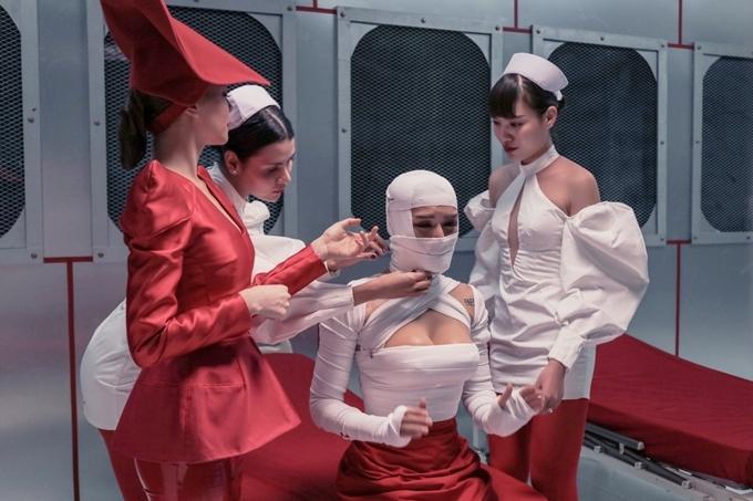 MV do đạo diễn Đinh Hà Uyên Thư thực hiện. Ngoài nội dung hài hước, Hồ Ngọc Hà đầu tư mạnh về bối cảnh, trang phục và số lượng diễn viên quần chúng đông đảo.