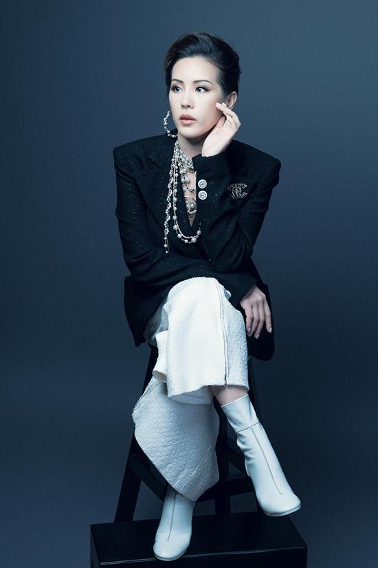 Sử dụng trang phục, phụ kiện của thương hiệu thời trang luxury hàng đầu Chanel, hoa hậu Thu Hoài còn khoe khéo được nhan sắc, vóc dáng cuốn hút ở mọi góc nhìn.