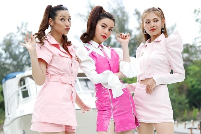 Lily Nguyễn (trái) và Chúng Huyền Thanh (phải) - hai học trò cũ của Hồ Ngọc Hà tại The Face 2016 cũng góp mặt trong MV.