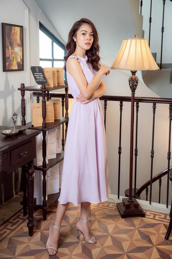 Váy sát nách cho các nàng công sở được chú trọng phần cắt ráp và tạo phom để khai thác nét sexy một cách chừng mực.