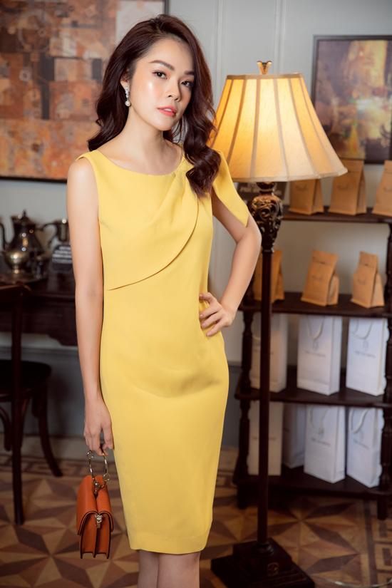Chính kiểu dáng đơn giản, màu sắc trang nhã đã giúp từng mẫu váy trong bộ sưu tập thể hiện được tính ứng dụng cao. Váy 3 trong 1 là cách gọi tắt cho các mẫu trang phục có thể sử dụng đi làm, đi tiệc, đi dạo phố.