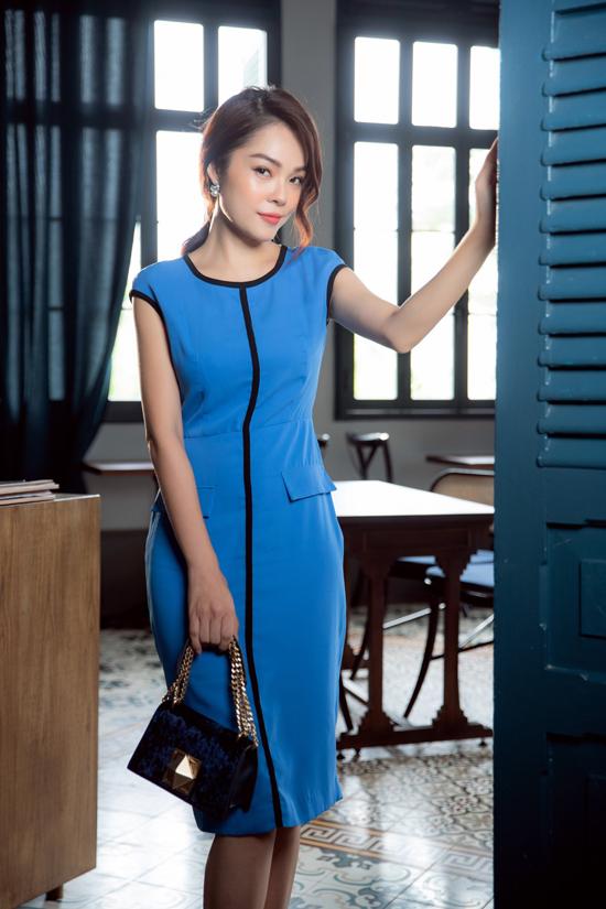 Váy suông không kén dáng được biến tấu ấn tượng ở phần cổ, tay áo, ngực và thân váy để phom dáng quen thuộc trở nên mới mẻ.