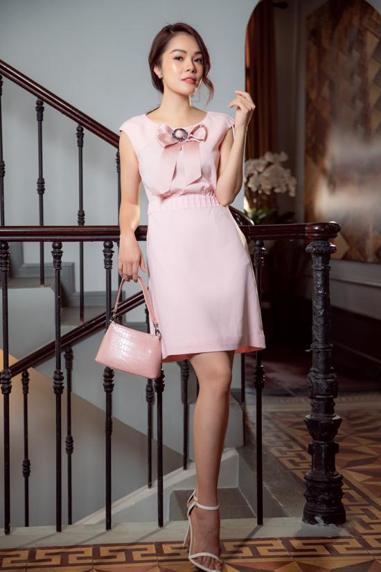 Trang phục hướng đến vẻ đẹp thanh lịch và hiện đại cho giới nữ công sở. Từng bộ cánh giúp họ thể hiện gu thời trang sành điệu khi đi làm hay tham gia tiệc tùng.